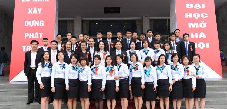 Cán bộ, giảng viên trong ngày kỷ niệm 20 năm thành lập Viện Đại học Mở Hà Nội