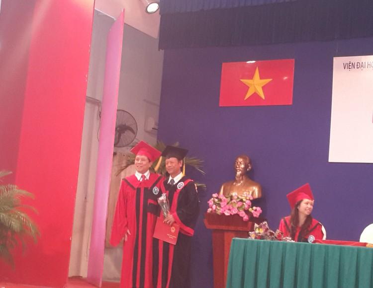 TS. Lê Văn Thanh - Viện trưởng Viện Đại học Mở Hà Nội chụp ảnh lưu niệm cùng tân cử nhân