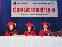 Phát bằng tốt nghiệp cho sinh viên khóa I