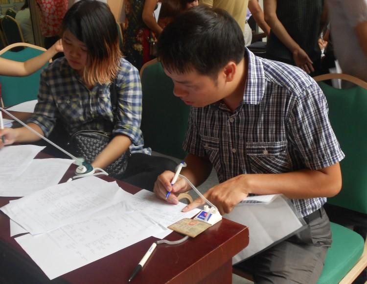 Tân sinh viên được hướng dẫn các thủ tục cần thiết trước khi nhập học