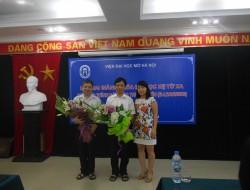 Tân sinh viên tặng hoa tri ân đến các thầy cô giáo