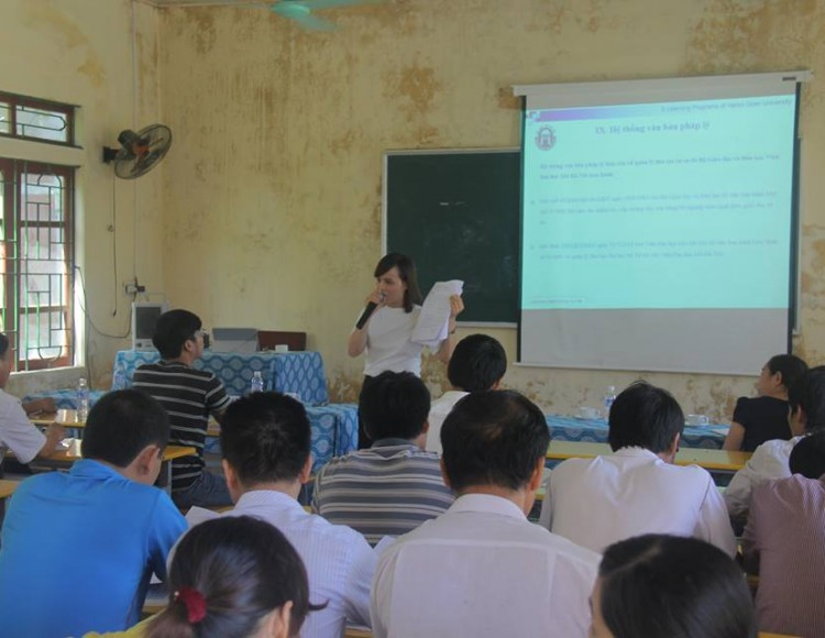 Cán bộ Trung tâm E-Learning hướng dẫn sinh viên về các thủ tục, qui chế - qui định trước khi nhập học
