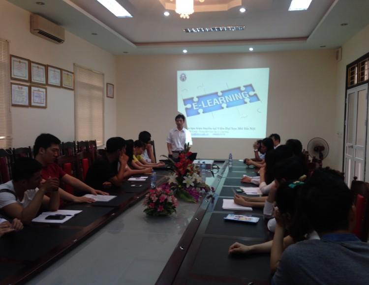 TS. Đinh Tuấn Long - PGĐ Trung tâm E-Learning phát biểu khai giảng