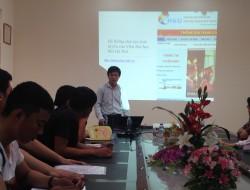 Cán bộ Trung tâm E-Learning hướng dẫn sinh viên phương thức học tập eLearning