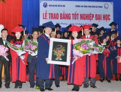 Tân cử nhân tặng quà lưu niệm cho Nhà trường