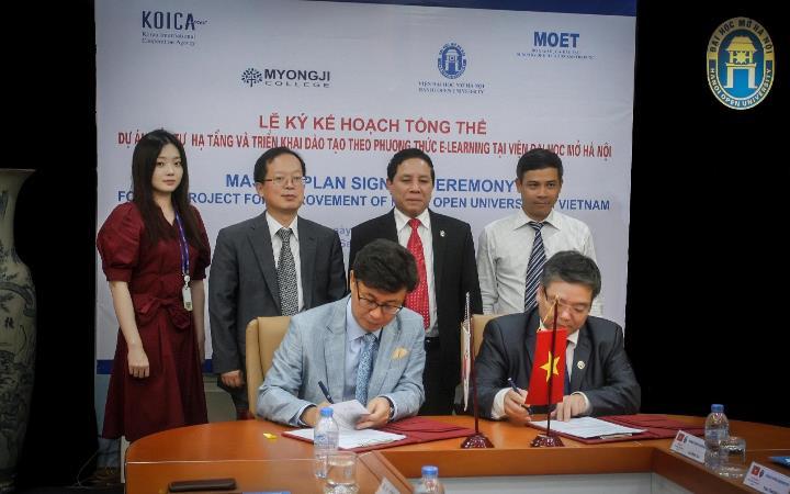 Giám đốc Ban QLDA hai bên đặt bút ký vào bản Master Plan dưới sự chứng kiến của Lãnh đạo đại diện cho KOICA và MoET cùng Viện Trưởng HOU