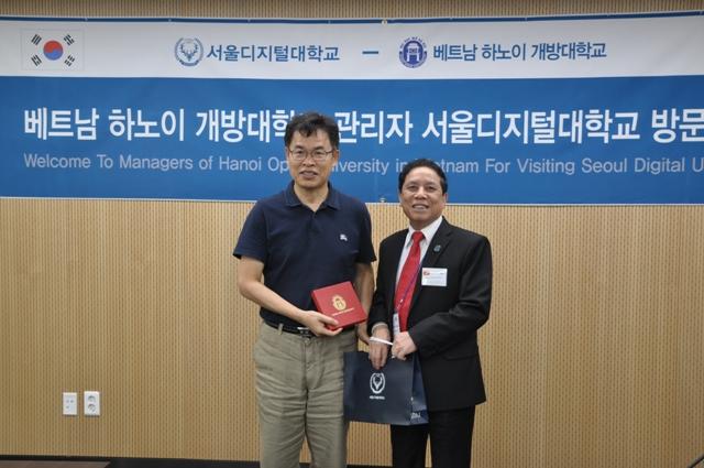 Hiệu trưởng hai nhà trường (SDU & HOU) trao quà lưu niệm
